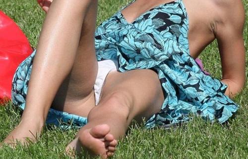 【パンチラエロ画像】草むらで隙だらけwパンツ見せ過ぎな外人さんの休日www