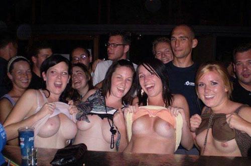 酔っ払うとおっぱい見せちゃうという外国人の謎習慣wwwwww(画像あり)