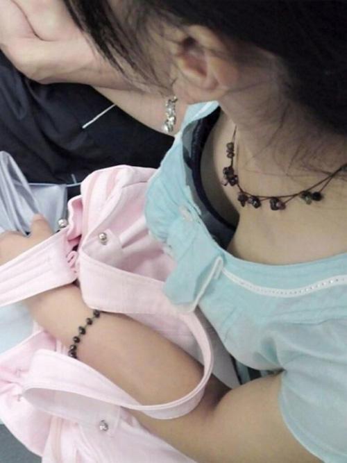 【胸チラ エロ画像】胸元が緩い素人さんって絶対誘ってるよなwww