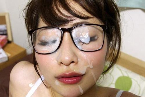 眼鏡っ娘にぶっかけてるエロ画像