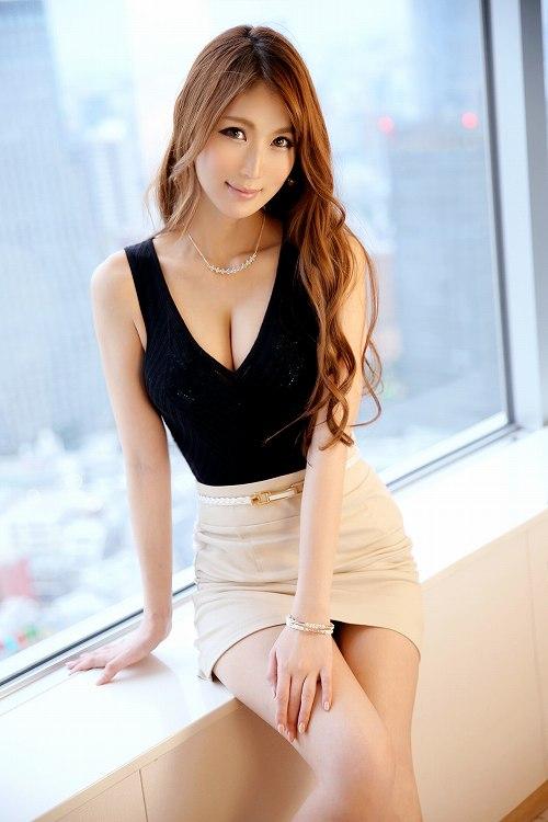 「美月 ファッション雑誌編集」エレガントでスタイル抜群美女の美脚に美乳おっぱい画像