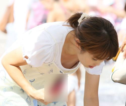 暑い日に子供と遊ぶママさんからあふれ出るエロさヤバイwwwww