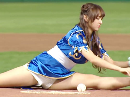 春麗コスの美少女 始球式でサービスし過ぎてパンツ丸見え