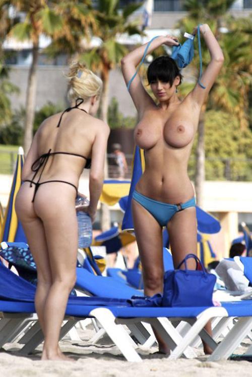ヌーディストビーチで天然物の爆乳おっぱいを惜しげなく披露してる外国人エロすぎwwwww(画像あり)