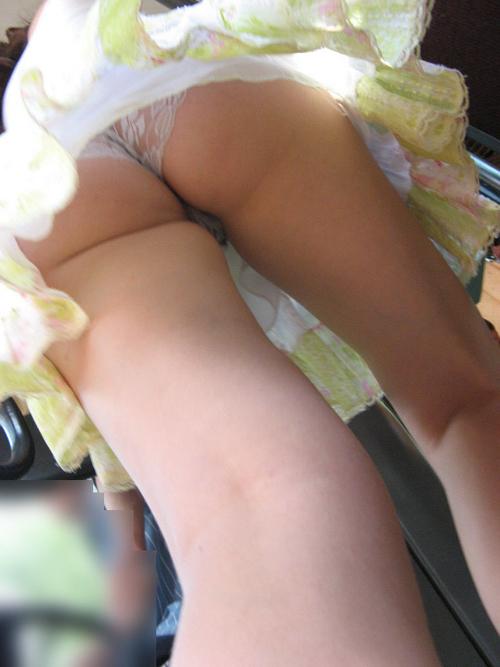 【パンチラ】女の下半身をローアングルから見たときの絶景をご覧くださいwwwww【画像30枚】