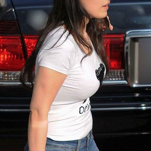 【着衣巨乳エロ画像】服の上からもおっぱいの大きさが分かる素人女の子達の胸元をエロ目線で釘付けwww