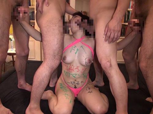【おっぱい】男たちに輪姦されまくって顔や体に落書きされながら、ザーメン中出し&ごっくんでイキまくる真性ドMな女の子のおっぱい画像がエロすぎる!【30枚】