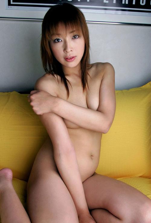 【股間エロ画像】脱いだのに…往生際悪く股間を隠す女だけど時間の問題www