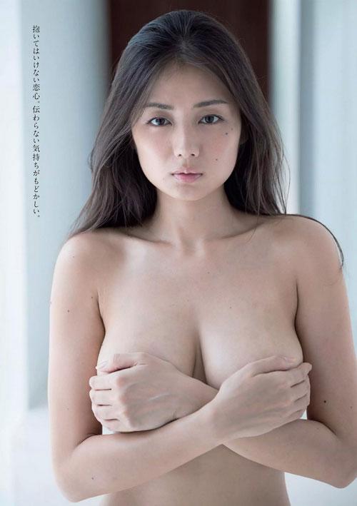 片山萌美の手ブラでおっぱい露出23