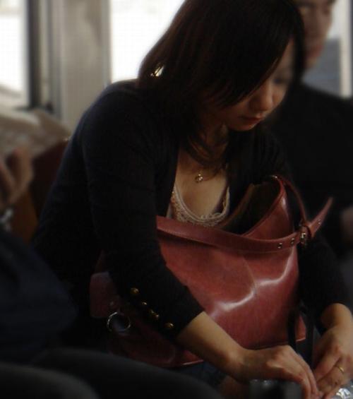【胸チラ】緩すぎる胸元への意識wwwおっぱい見えちゃってる素人女wwwww【画像30枚】