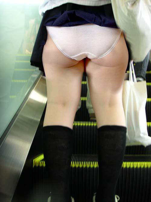 【素人パンチラ】ちょ…ウソだろwwスカート捲れあがってパンツ丸見えじゃんwwww【画像30枚】