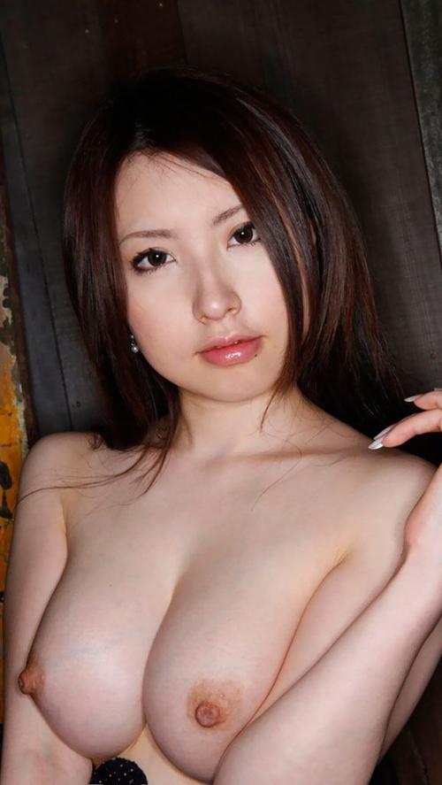 【エロ画像】巨乳お姉さんが乳寄せしたら危険を感じるほどのエロさwwwwww