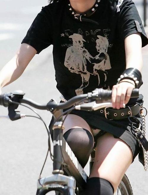 【自転車 エロ画像】頑張って漕げば漕ぐほどパンチラしてしまう素人さんwww