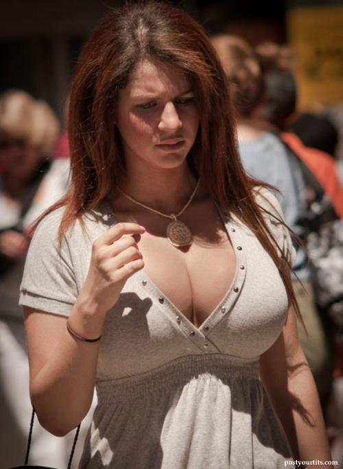 【洋物エロ画像】ホルスタイン過ぎる外国人の街撮り着衣巨乳!