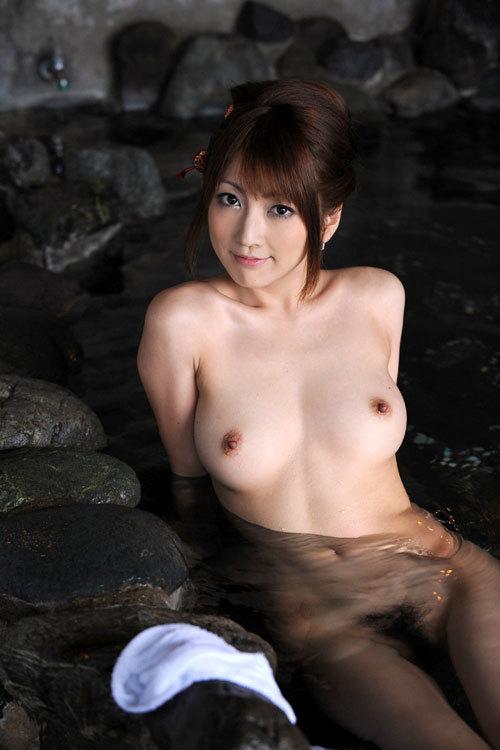 温泉でおっぱい揉んで暖まりたい24
