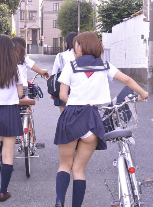 制服スカートから綿パンティが見えちゃってるJKエロ画像wwww