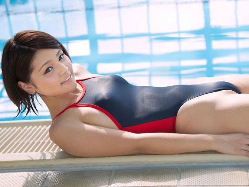 競泳水着でおっぱいの形が丸判り♪