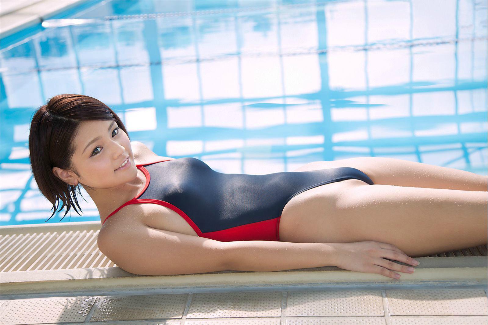 競泳ミズ着が体に密着してお乳の形がハッキリ判っちゃうえろ写真