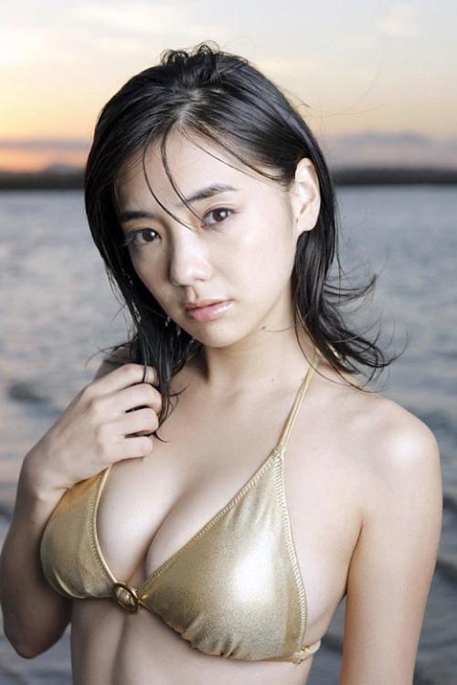 倉科カナ 元気いっぱいのうっとり顔と魅了されてしまうおっぱい画像