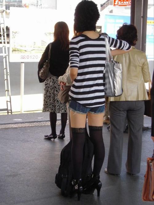 【美脚 エロ画像】キレイな美脚を街中で披露してくださる素人お姉さんたち!!!