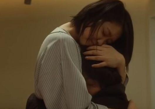 【池脇千鶴】胸に抱き寄せるラブシーン