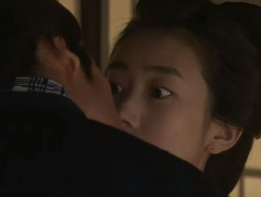 【波瑠】唇を覆うようなキスをされるラブシーン