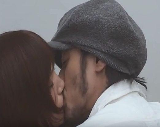 【本田翼】人目もはばからずキスをするラブシーン