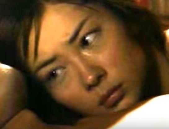 【伊東美咲】ベッドの上で相手に体を預けるラブシーン