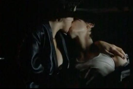 ジェニファー・ティリー 強く舌を吸い合う濡れ場