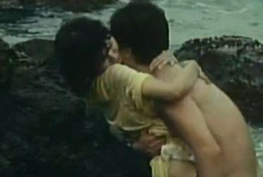 【小森みちこ】海辺でパンツを一気に脱がされる濡れ場