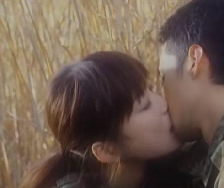 【佐藤江梨子】吸い付くような激しいキスをするラブシーン