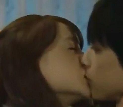 【トリンドル玲奈】勢いにまかせてキスをするラブシーン