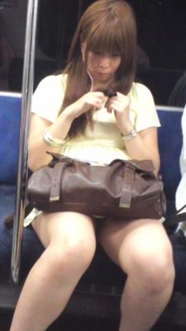 列車でたまたま写真アプリが起動してふとももばっかり撮っちゃう奴wwwwwwwwwwww
