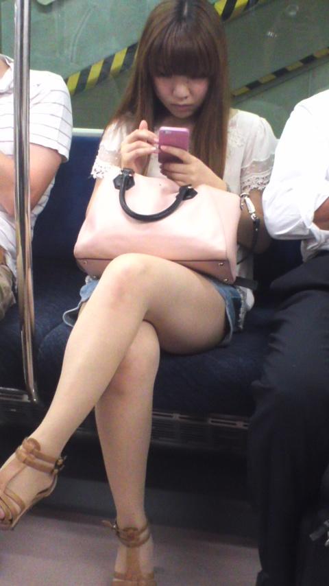 あえて列車通勤する理由がこれ☆☆シロウトさん達の太ももがえろ過ぎる