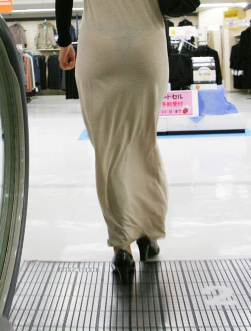 TBACKを履いてる事が容易に分かっちゃうシロウトの透けパンツ丸見え写真