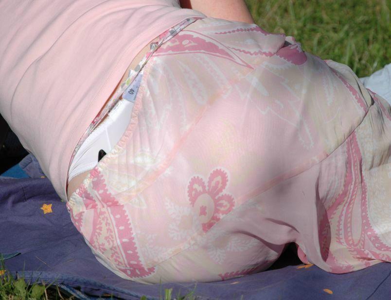 どんなパンツ履いてるか完全に分かっちゃうローライズパンツ丸見え写真