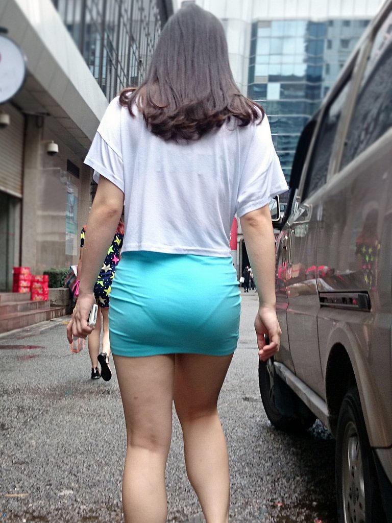 尻にぴったり貼りついてるタイトスカートで見る尻・透けパンツ丸見えがえろい