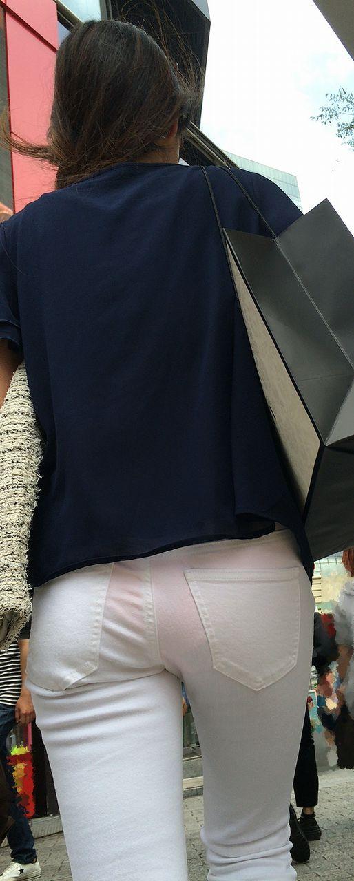 ピタピタの白パンツ履いてるシロウトが大体透けパンツ丸見えしてる件