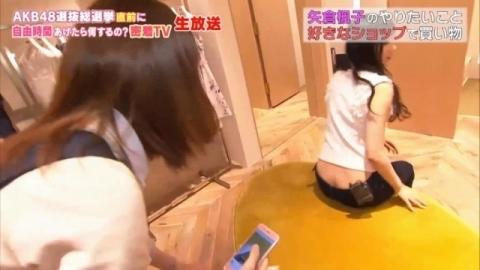(*衝撃*)テレビに写ったチラりんこ~。パンツ見えてるやんwwww