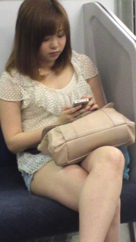 【エロ画像】列車内で見るシロウトさん達のムチムチの足組みが見れれば一日仕事がんばれる