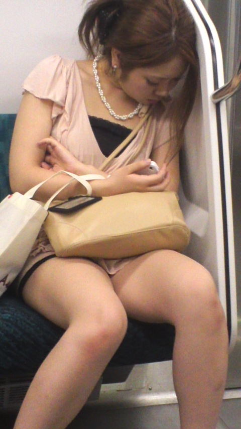 列車の中で無防備なシロウト達の太もも収録したった