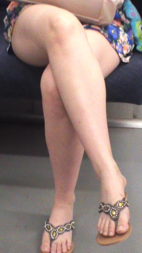 列車内でシロウトの足組みがえろくてガン見しちゃうやつ