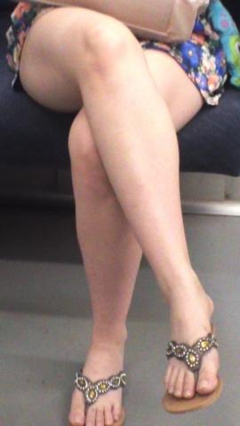 【エロ画像】列車内でシロウトの足組みがえろくてガン見しちゃうやつ