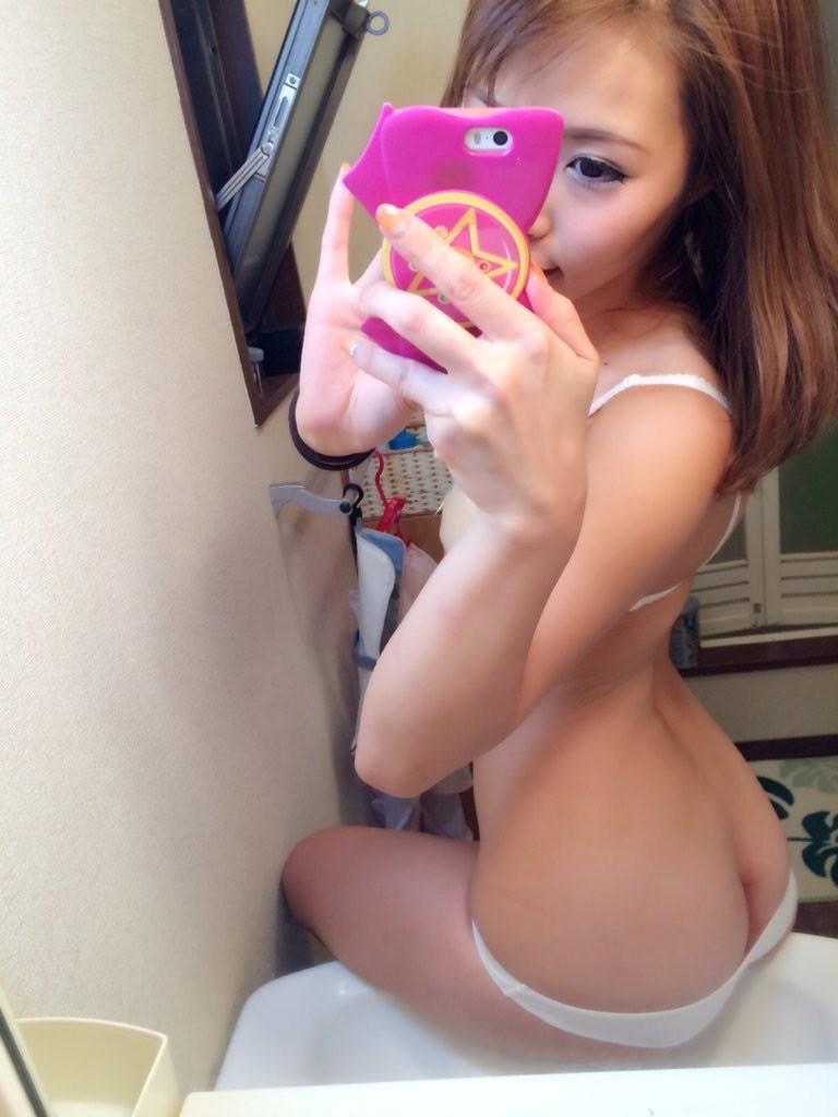 カワイらしい女子が鏡越しに自撮りしまくって投稿してる