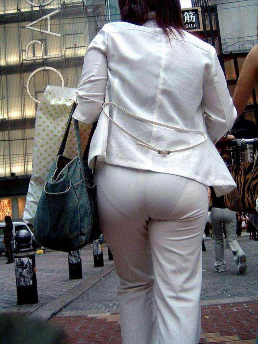 白いパンツ履いてればそりゃあ透けパンツ丸見えもしますよ