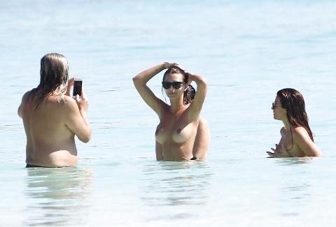 超有名モデル、海外のビーチでチクビ丸出しで遊んでいた所を収録される・・・(24枚)