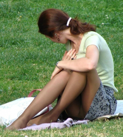 公園で心もお股も開放的になってる素人のパンチラを激写