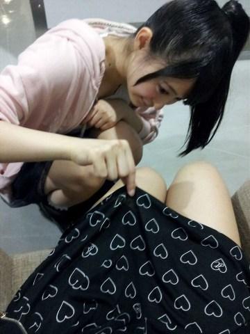 【エロ画像】(有名人画像)画像☆渡辺麻友がスカートめくり乱発☆完全にセクシャルハラスメントBBA化しててワロタ☆☆☆☆☆☆