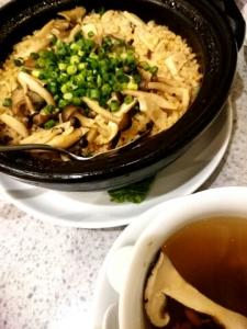 上海蟹味噌とキノコの土鍋炊きご飯