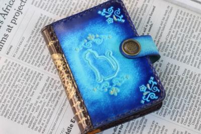 青いカードケース